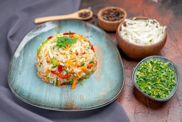 Salada de legumes fresca vista frontal dentro do prato com verduras em uma foto escura vida saudável alimentação dieta cor refeição