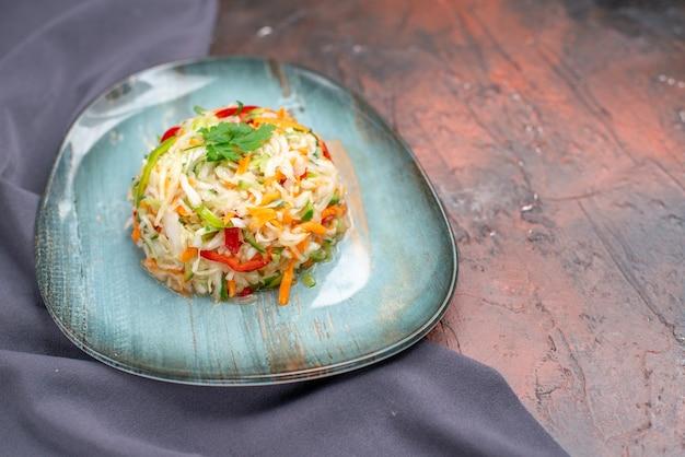 Salada de legumes fresca vista frontal dentro do prato no escuro foto refeição comida vida saudável dieta