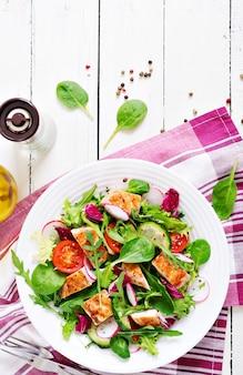 Salada de legumes frescos com peito de frango grelhado - tomate, pepino, rabanete e folhas de alface misturadas. salada de galinha. comida saudável.