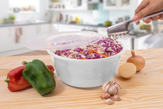 Salada de legumes frescos com repolho e cenoura na tigela