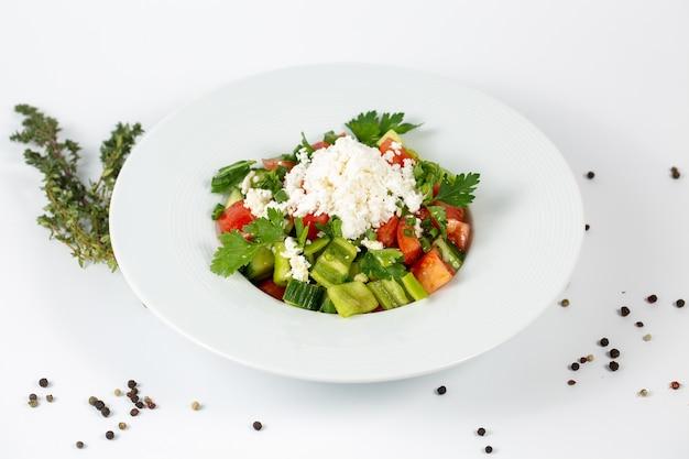 Salada de legumes frescos com tomate e queijo