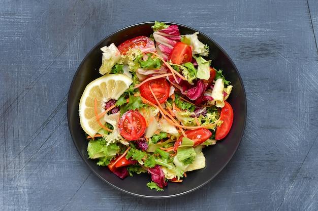 Salada de legumes frescos de tomate, alface