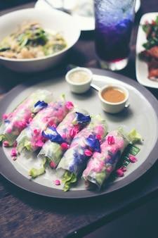 Salada de legumes frescos, frutas e flores, comida de fusão saudável