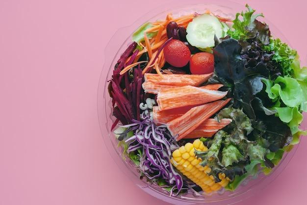 Salada de legumes frescos para dieta e alimentação saudável