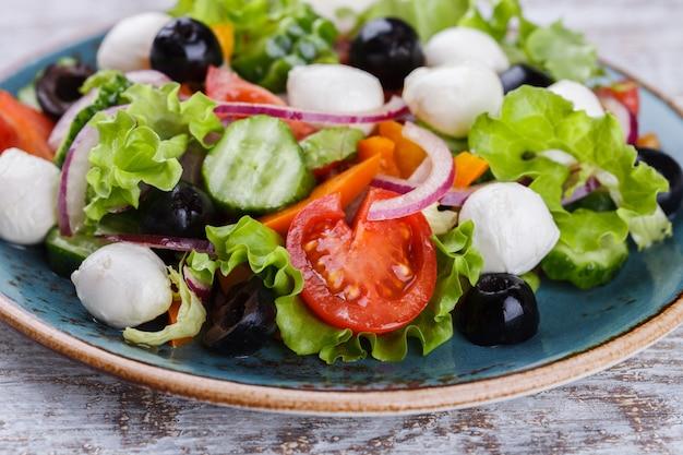 Salada de legumes grega de verão.