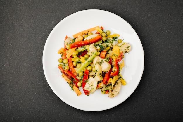 Salada de legumes mista com comida colorida.