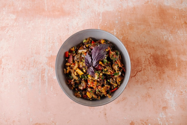 Salada de legumes mista com folha basílica vermelha dentro da tigela.