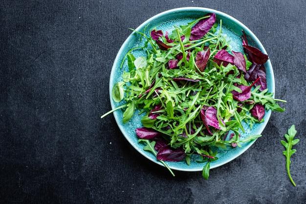 Salada de legumes mistura folhas verdes de alface com dieta ceto ou paleo
