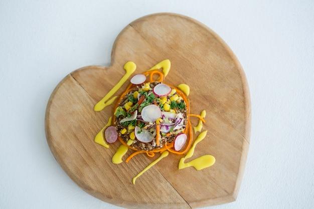 Salada de legumes na placa de madeira