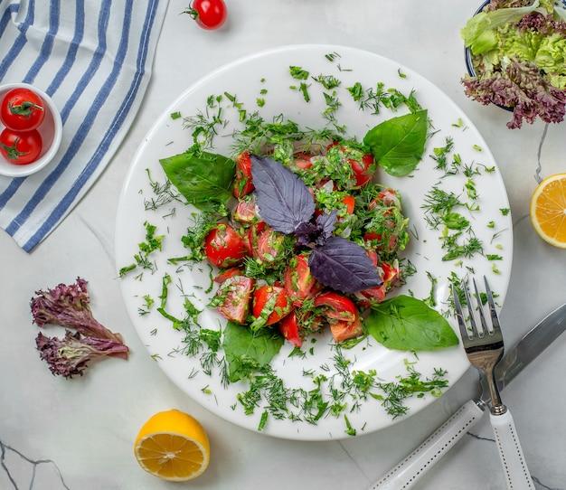 Salada de legumes no prato