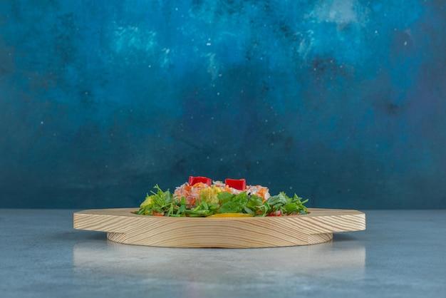 Salada de legumes picada e picada em um prato.