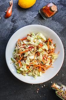 Salada de legumes repolho chinês, cenoura, cebola, pimenta e mais refeição