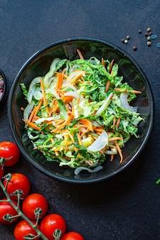 Salada de legumes, salgadinho, produto natural vegetariano