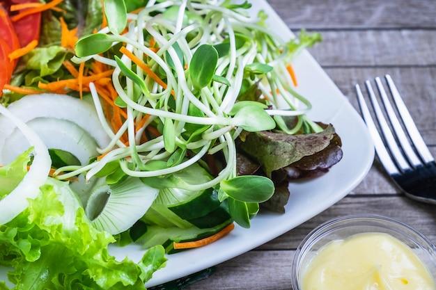 Salada de legumes saudável na mesa