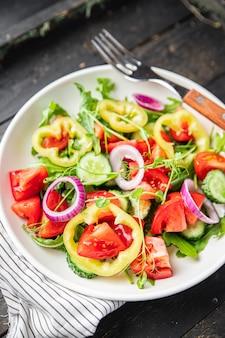 Salada de legumes tomate pepino pimenta cebola azeite de oliva comida saudável porção fresca vegetariana