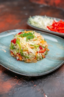 Salada de legumes vista frontal com repolho fatiado e pimentão no fundo escuro refeição madura cozinha comida vida saudável dieta cor