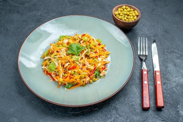 Salada de legumes vista frontal dentro do prato com feijão na mesa escura salada de saúde dieta alimentar