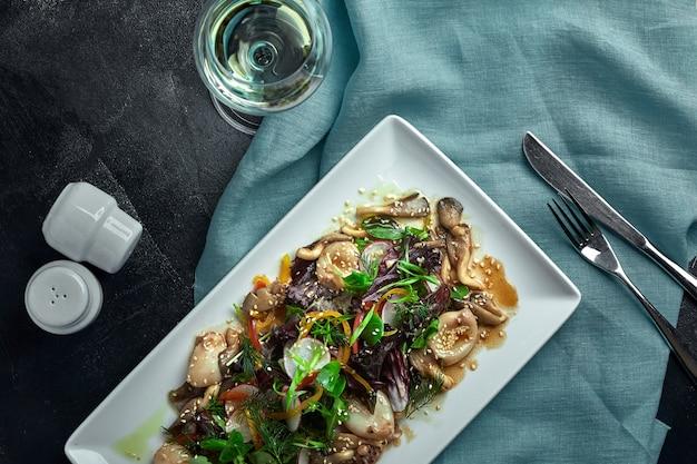 Salada de lulas, cogumelos e legumes. a vista do topo. copie o espaço.