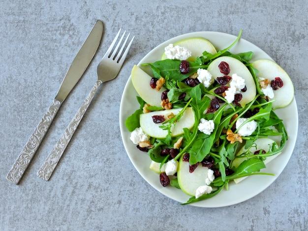 Salada de maçã com rúcula, queijo cottage e cranberries secas