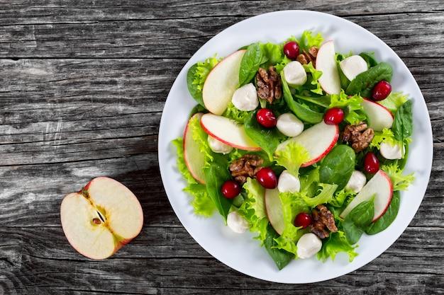 Salada de maçã, espinafre, mini bolas de mussarela, folhas de alface