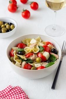 Salada de macarrão com atum, tomate e queijo branco. farfalle. alimentação saudável. dieta.