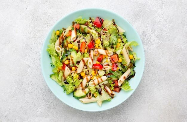 Salada de macarrão com vinagre balsâmico de cima