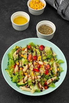 Salada de macarrão com vinagre balsâmico e ervas