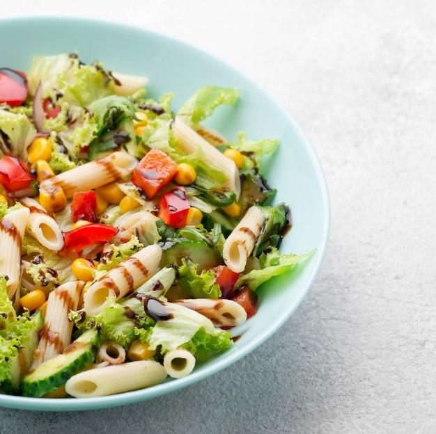 Salada de macarrão com vinagre balsâmico