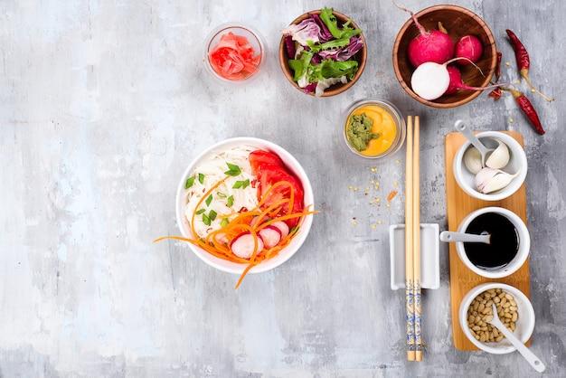 Salada de macarrão de fio de feijão com pepino e cenoura, salada vegetariana em um prato fundo de pedra