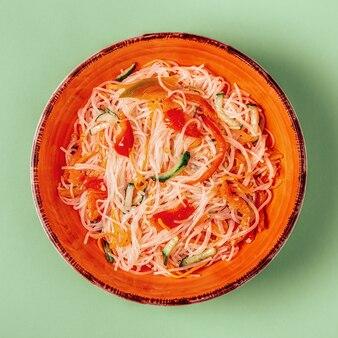 Salada de macarrão de vidro com pepino e cenoura