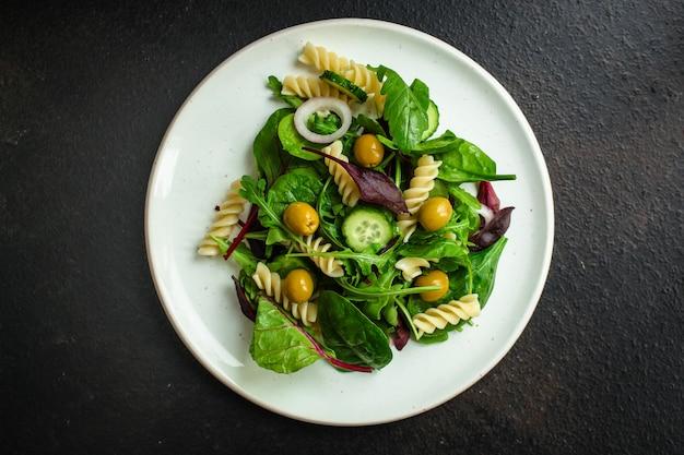 Salada de macarrão fusilli (folhas de alface, espinafre, legumes, gemelli)