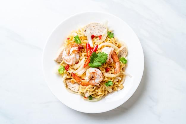 Salada de macarrão instantâneo picante com camarão