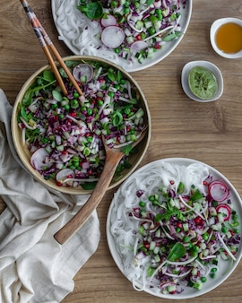 Salada de macarrão, legumes e óleo de gergelim. comida asiática.