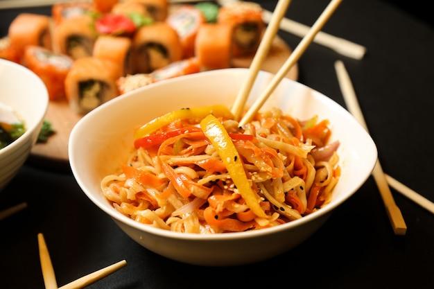 Salada de macarrão misturada com vegetais