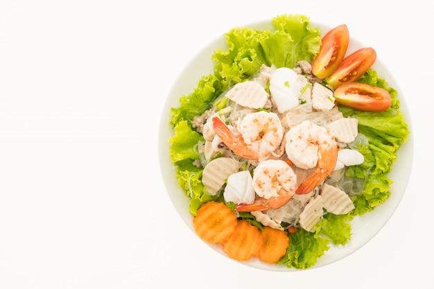 Salada de macarrão picante de frutos do mar com estilo tailandês