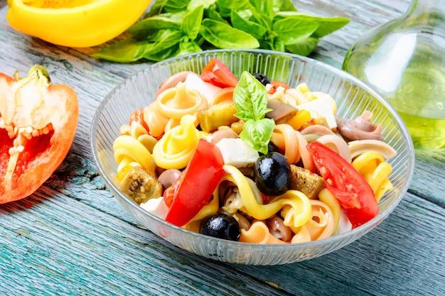 Salada de macarrão saudável
