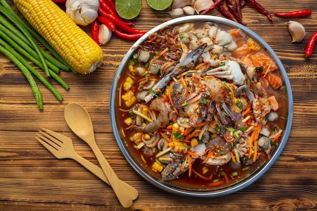 Salada de mamão com caranguejo, salmão, berbigão, camarão
