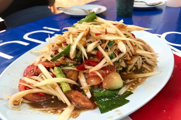 Salada de mamão comida do nordeste da tailândia