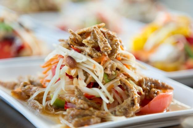 Salada de mamão. comida tailandesa picante tradicional.