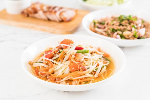 Salada de mamão picante (comida tailandesa tradicional)