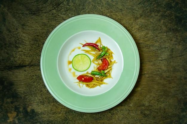 Salada de mamão picante tailandesa