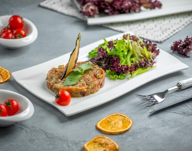 Salada de mangal com legumes no prato