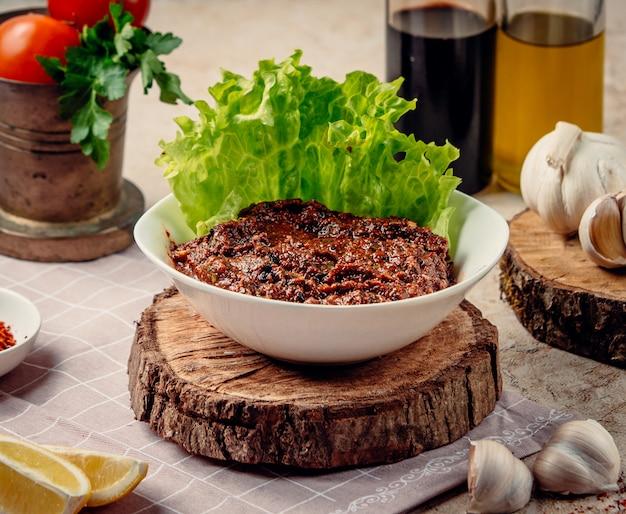 Salada de mangal em cima da mesa