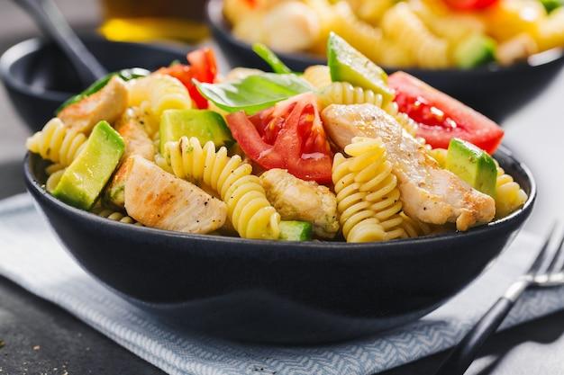 Salada de massa italiana feita fresco com frango