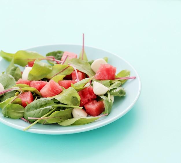 Salada de melancia em chapa branca