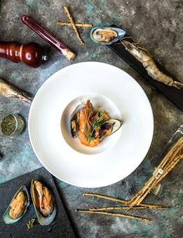 Salada de mexilhões de frutos do mar com galetta em chapa branca.