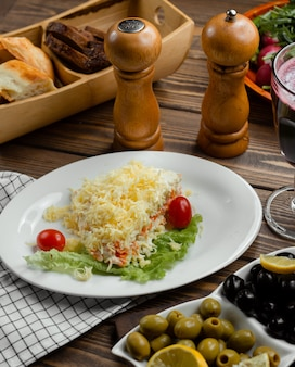 Salada de mimosa com cenoura, ovos, batata e queijo
