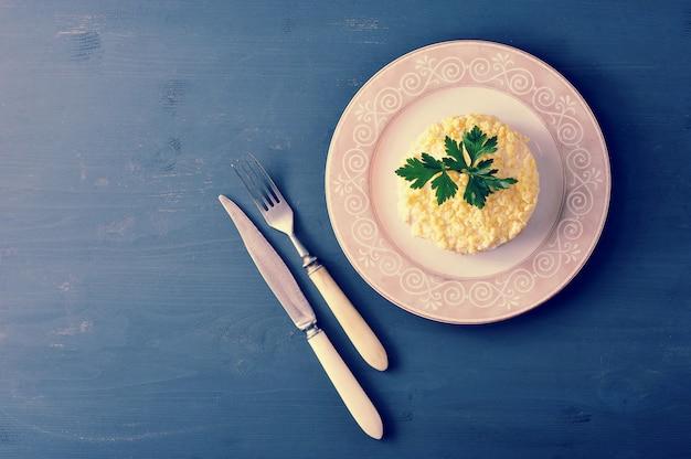 Salada de mimosa com peixe, cenoura e ovos
