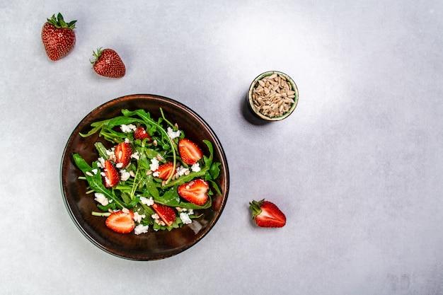 Salada de morango com rúcula e queijo. comida saudável