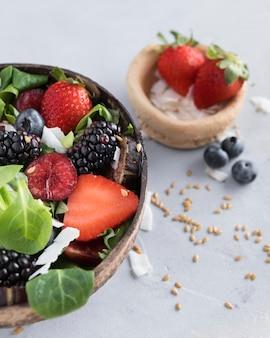 Salada de morango e frutas de vista alta
